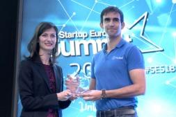 Mariya Gabriel, comisaria europea de Sociedad y Economía Digital, entrega el premio a Carlos Matiila.