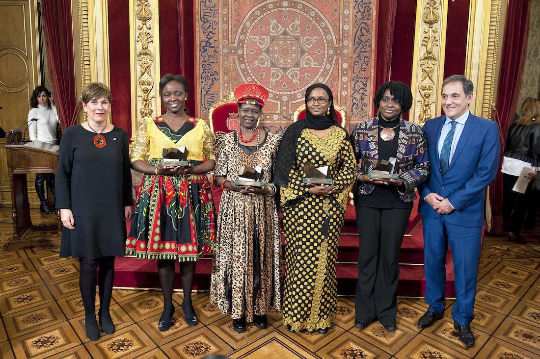 De izda. a dcha: la Presidenta, Uxue Barkos; las premiadas Victoria Nyanjura, Theresa Kachindamoto, Hulo Guillabert y Oumou Sall-Seck; y el presidente de Laboral Kutxa, Txomin García.