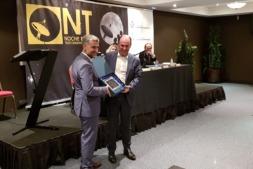 El vicepresidente Ayerdi hace entrega del premio al rector Alfonso Carlosena.