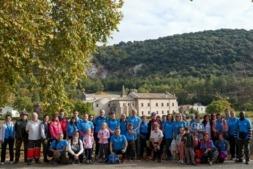 Varios voluntarios de CaixaBank, trabajadores y clientes, posan en Iranzu junto a la directora territorial, Ana Díez Fontana. (Fotos: cedidas)