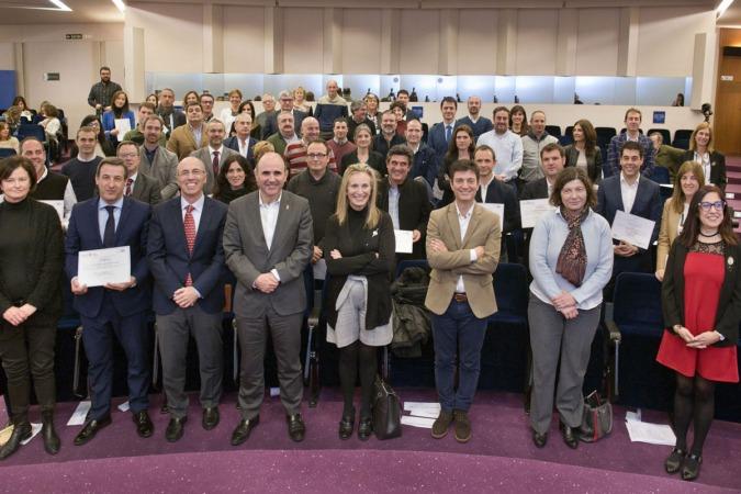 Manu Ayerdi, Izaskun Goñi y otras autoridades con los representantes de las empresas reconocidas.