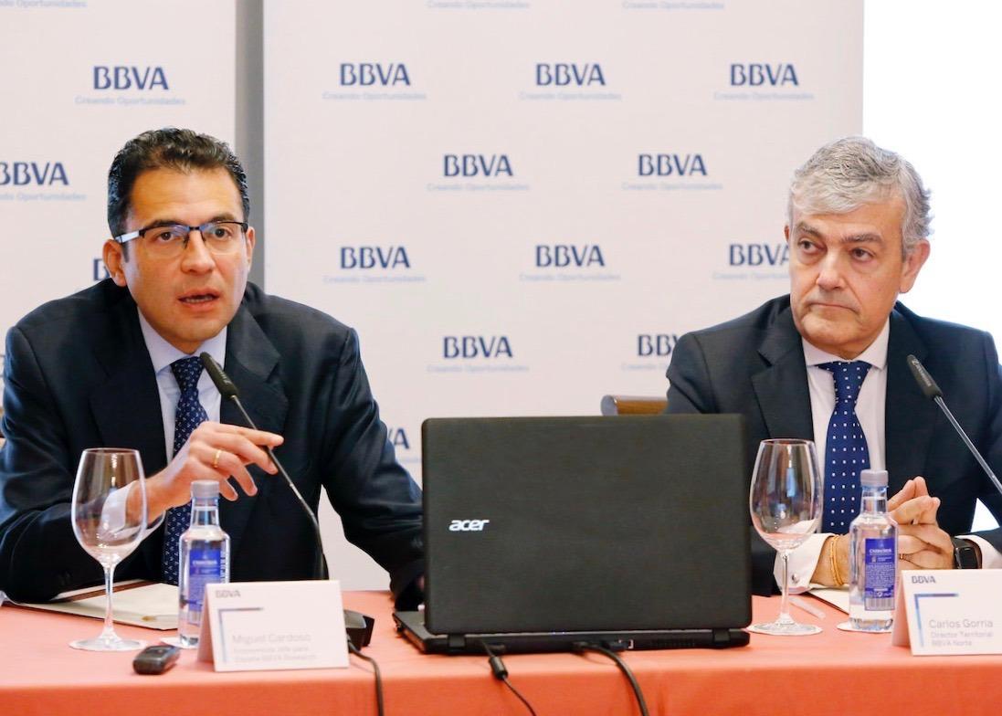 Miguel Cardoso, economista Jefe en BBVA Research España, y Carlos Gorría, director territorial BBVA Norte, durante la presentación del informe 'Situación Navarra'.