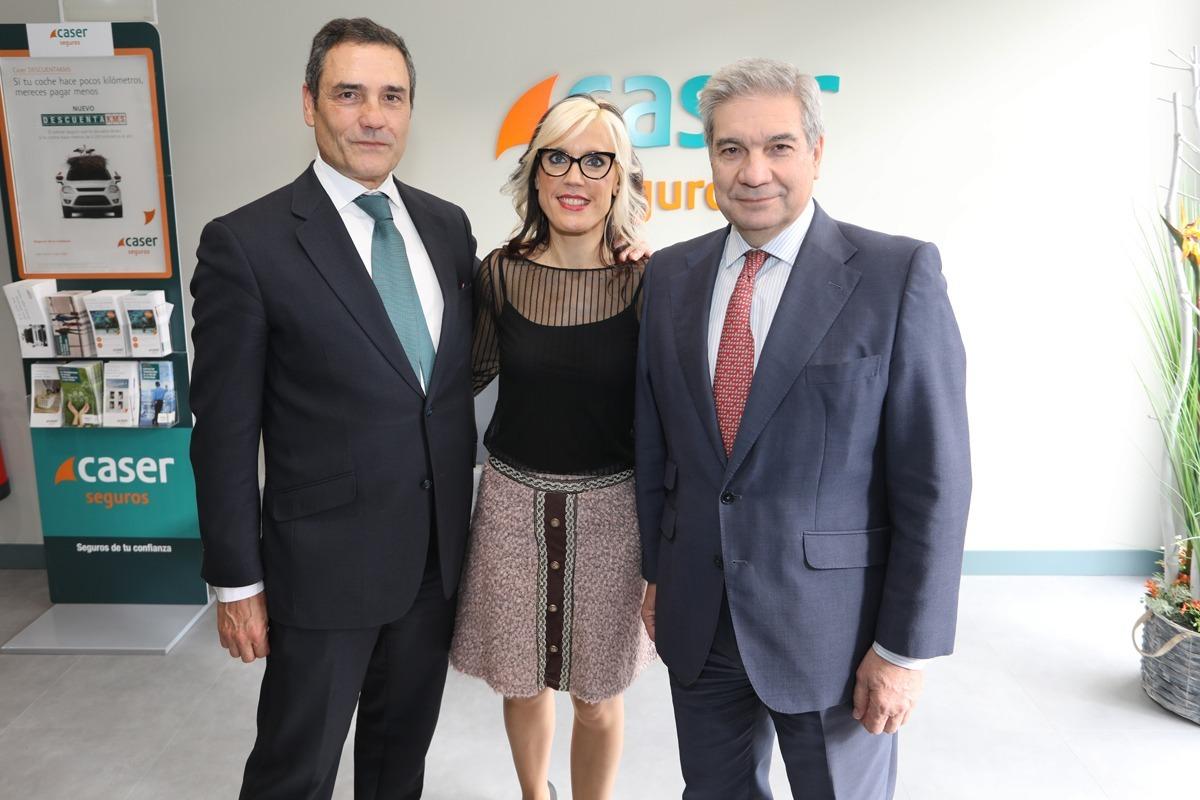 Ainhoa Petrerena acompañada por Ignacio Martin, director del Negocio de Agentes y Corredores de Caser y Antonio Sánchez, director de la Red de Desarrollo de la compañía.