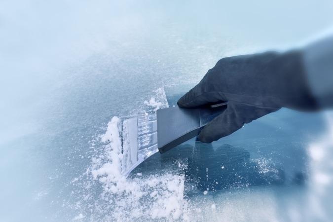 Para retirar el hielo, se plantea el uso de una rasqueta de plástico o, en su caso, rociar el cristal con alcohol.