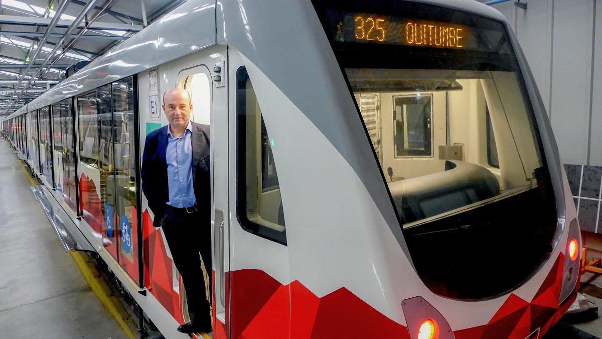 Luis Fernández, director general de Trenasa, posa en uno de los trenes que la factoría de Castejón ha producido para el metro de Quito. (FOTOS: Germán Pérez)
