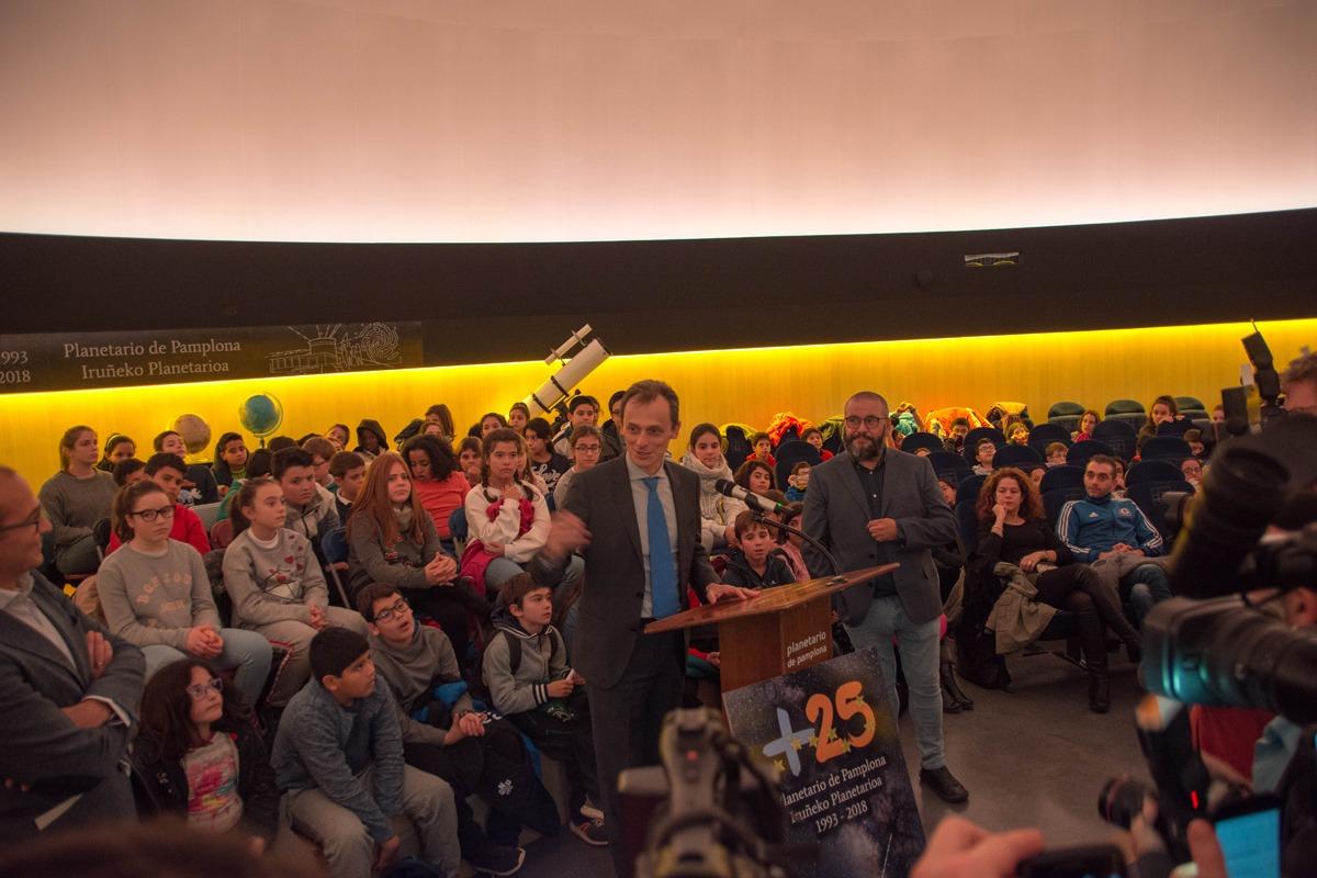 Pedro Duque dirigió en el Planetario de Pamplona una sesión especial de la 'Escuela de Estrellas'.