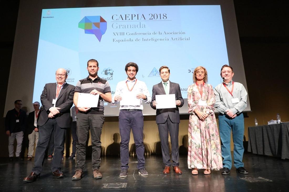 Premiados en la Conferencia de la Asociación Española para la Inteligencia Artificial (CAEPIA): Peio López-Iturri (2.º por la izq.), Jamal Toutouh (3.º por la izq.) y Alfonso González Briones (4.º por la izq.). A su lado, integrantes del jurado.