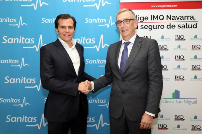Iñaki Peralta, director general de Sanitas Seguros, y José María Bariáin, director general del Grupo IMQ Navarra, sellan su alianza que beneficiará a los navarros. (Fotos: Javier Rebolledo)