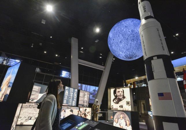 La exposición 'Tintín y la Luna. Cincuenta años de la primera expedición tripulada' podrá visitarse hasta el 26 de mayo de 2019 en CosmoCaixa Barcelona.