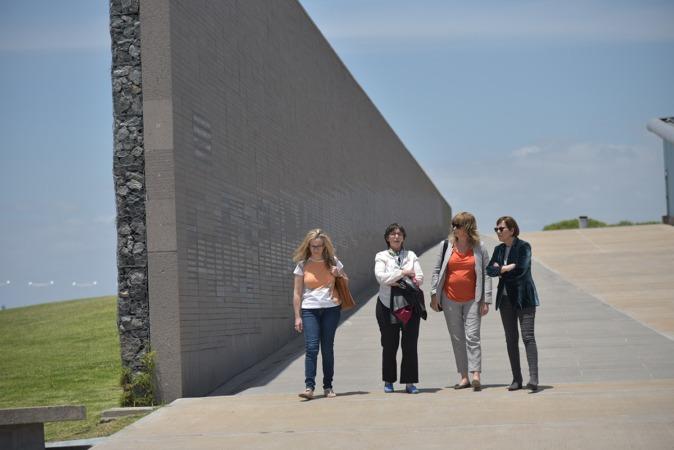 La delegación navarra, junto al Monumento a las víctimas del Terrorismo de Estado durante su visita a Argentina.