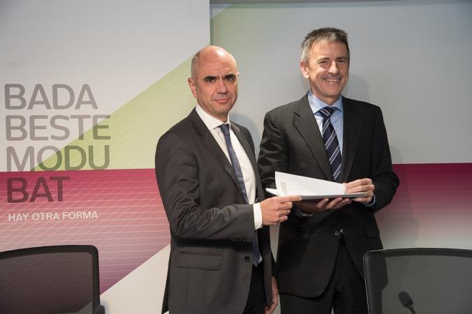 Izda-dcha: Xabier Egibar, director de Desarrollo de Negocio de Laboral Kutxa y Joseba Madariaga, director del Departamento de Estudios de Laboral Kutxa.