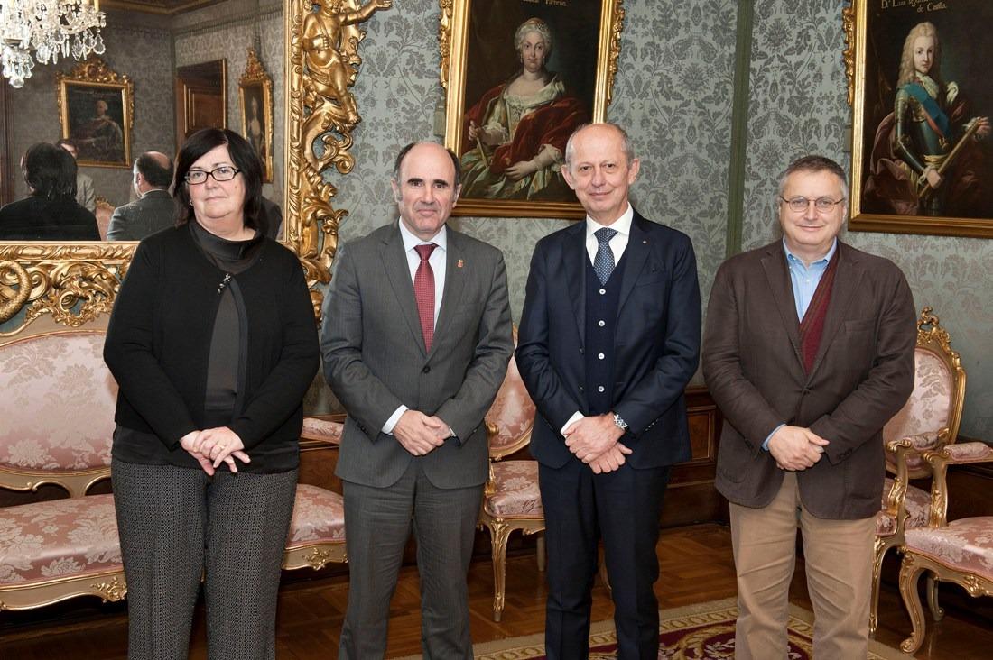 Pilar Irigoien, Manu Ayerdi con la delegación toscana, en el Palacio de Navarra.