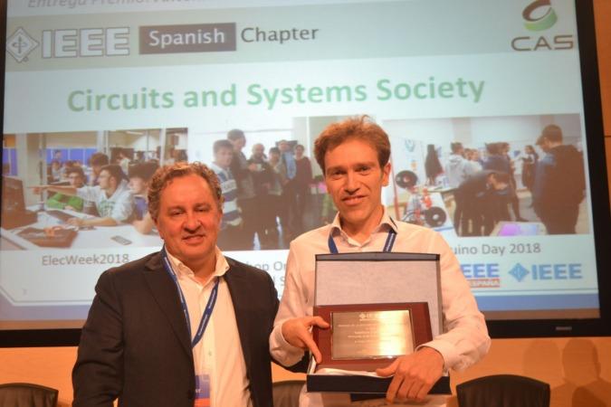 Antonio López (derecha) recibe el premio de manos de Francisco Javier Calleja, miembro de la directiva de IEEE Spain.
