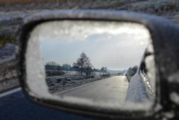 Llevar cadenas o revisar el estado de amortiguadores y de las luces son prioritarios para garantizar una conducción segura en invierno.