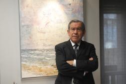 José Antonio Asiáin posa en su despacho ante uno de sus cuadros favoritos.