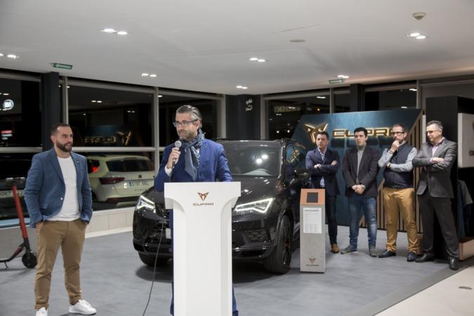 Miguel Ayerra, gerente de Iruña Motor, junto al 'Master CUPRA', Daniel Catena y parte del equipo del concesionario durante la presentación del nuevo 'Espacio CUPRA' (FOTOS: Ana Osés)