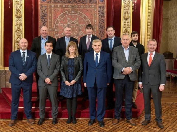La consejera Ollo y el delegado en Bruselas, Mikel Irujo, posan en el Salón del Trono con la delegación del Comité de las Regiones.