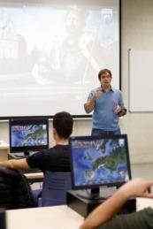 El profesor Íñigo Mugueta, durante una clase a estudiantes del Máster en Profesorado de Educación Secundaria.