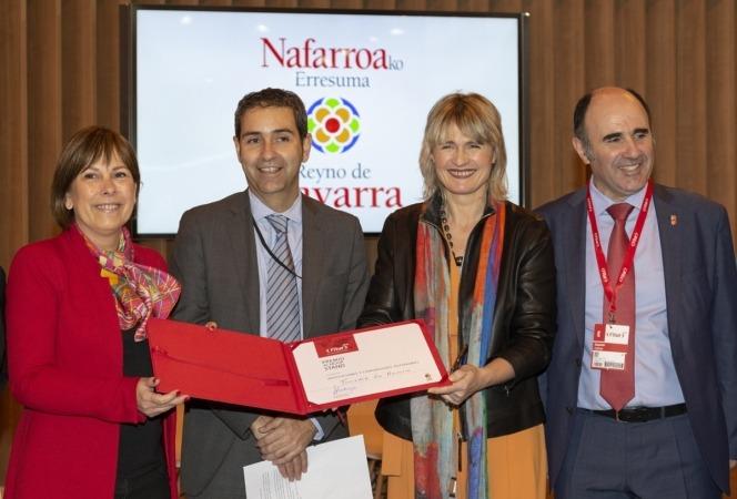 La delegación navarra, encabezada por la Presidenta Barkos, recibe el diploma por el premio concedido al stand de la Comunidad foral.