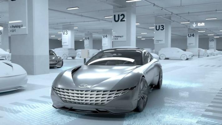 El Sistema Automatizado de Valet Parking (AVPS), reubica los vehículos  cargados en las estaciones de carga y permite que se carguen otros  que estaban en espera.