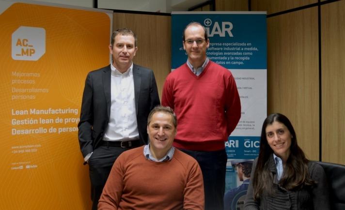 Los promotores de la nueva empresa de pie Jon Navarlaz (iAR), Carlos Achaerandio (ACMP). Sentados, Iosu Palacios (ACMP) y Ana Monreal (iAR)