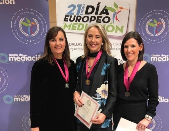 Maite Ruiz, Elena Sarasa y Amaya Sanz posan con las Medallas al Mérito Profesional otorgadas.