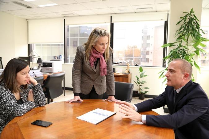 Izaskun Goñi, directora general de Desarrollo Económico (en el centro), con Ana María Muñoz, export manager de Kingcut; y Eduardo Solano, experto en comercio exterior y uno de los mentores del programa.
