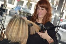 Beatriz Guillén sufrió un ictus hace 20 años y trabaja como peluquera gracias a Cocemfe y el Programa Incorpora de CaixaBank.