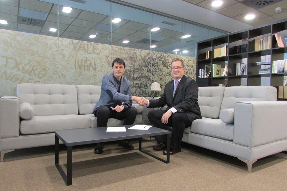 Alex Uriarte (AEDIPE Navarra) y Laurence Miqueleiz (Txoko Inglés) tras la firma del acuerdo suscrito entre ambas entidades.