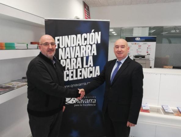 Javier Baztarrika (ANEC) y Marino Barasoain (Fundación Navarra para la Excelencia), tras la firma del acuerdo entre ambas organizaciones.