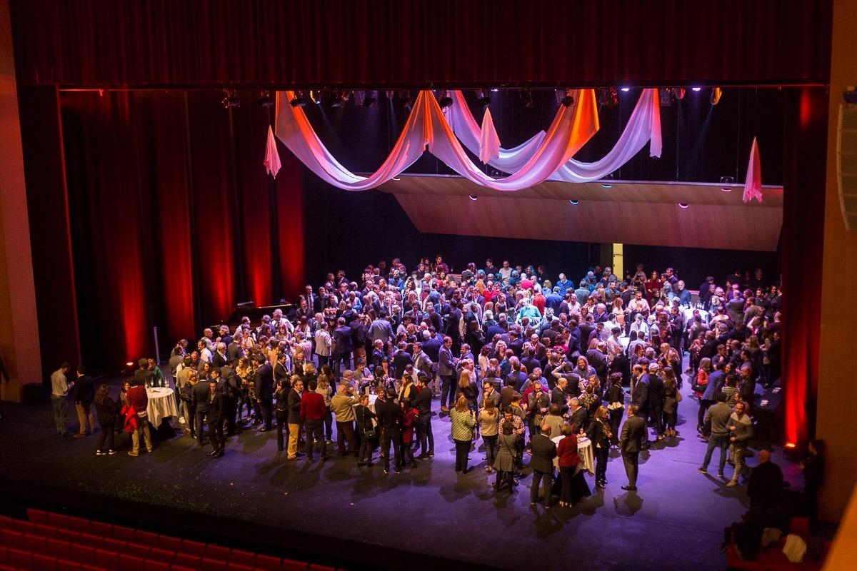 Numeroso público acudió a la presentación de los servicios de restauración y gastronomía de Baluarte que se celebró sobre el escenario de su Sala Principal. (FOTOS: Víctor Rodrígo).