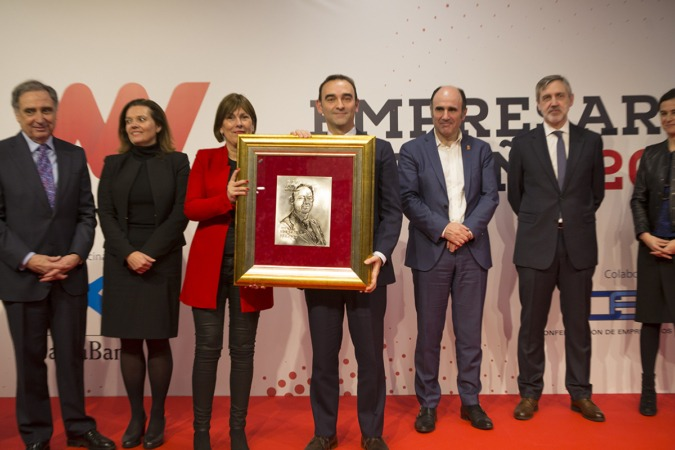Santiago Sala, director general de Grupo Apex, durante la entrega de este reconocimiento con el jurado.
