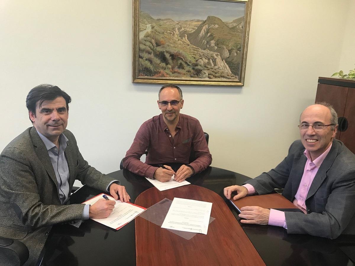 El director general de Educación, Roberto Pérez junto a Ignacio Ugalde, presidente de Anel (izquierda) y Antonio Martínez de Bujanda (derecha), gerente de dicha asociación empresarial.