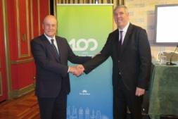 El presidente de la Asociación Nacional de Fabricantes de Automóviles y Camiones (Anfac), José Vicente de los Mozos (a la derecha) y el presidente del Salón internacional del automóvil Automobile Barcelona, Enrique Lacalle.