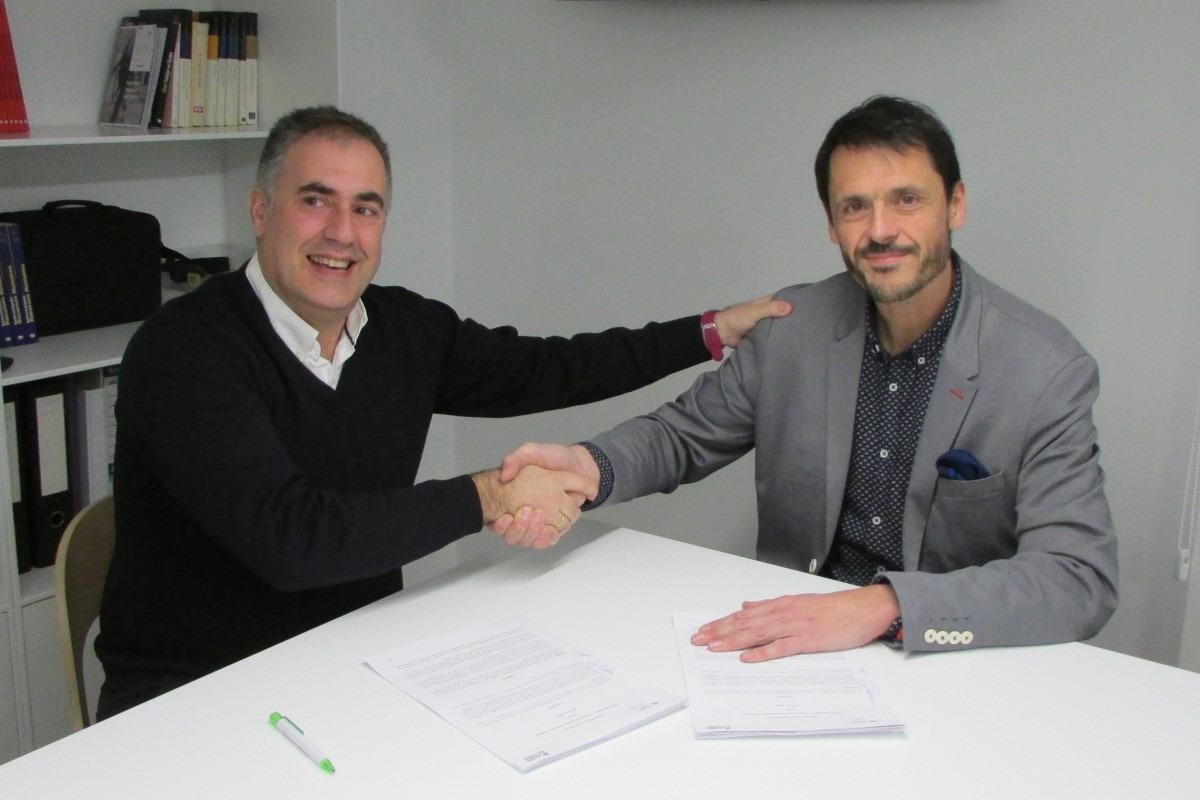 Ignacio San Miguel, delegado de Acción contra el Hambre en Navarra; y Álex Uriarte, presidente de Aedipe Navarra, durante la firma del acuerdo de colaboración.