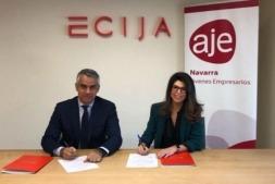 Arturo del Burgo, socio director de Écija Abogados; y Raquel Trincado, gerente de AJE Navarra, durante la firma del convenio de colaboración. (Foto cedida)