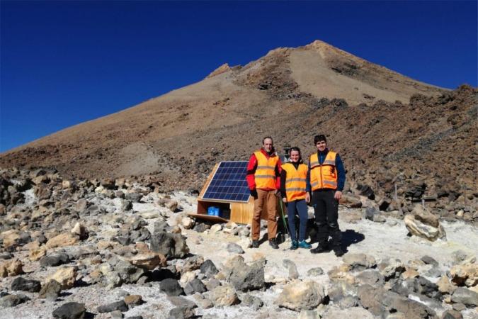 De izq. a dcha.: David Astrain y Leyre Catalán (investigadores de la UPNA), con José David González de la Guardia (investigador de INVOLCAN), en una estación geoquímica localizada en el cono del volcán Teide (Tenerife).