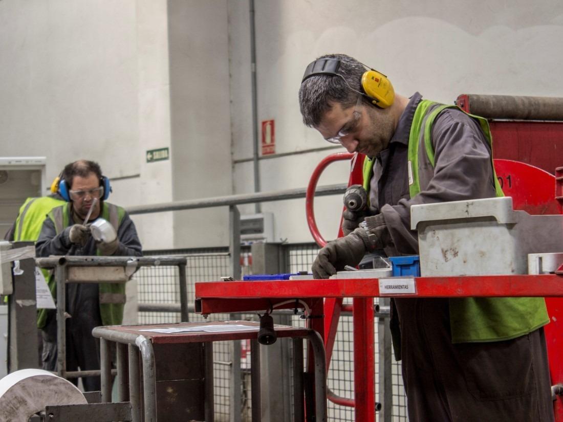 La renovación de los acuerdos empresariales para reciclar aparatos permitirá mantener los 65 puestos de trabajo de Ecointegra en Aoiz. (Fotos: cedidas)