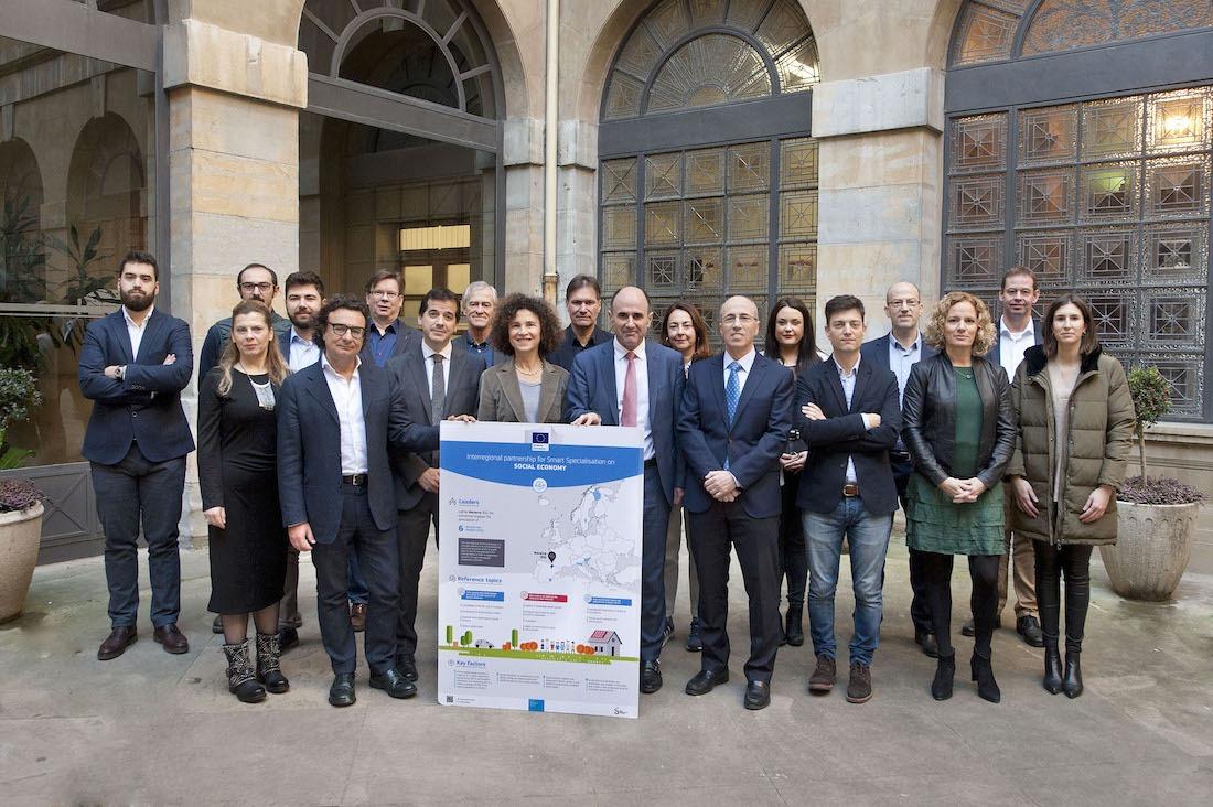 Los representantes de las distintas regiones europeas que colaboran en el proyecto común, con Manu Ayerdi en el Palacio de Navarra.