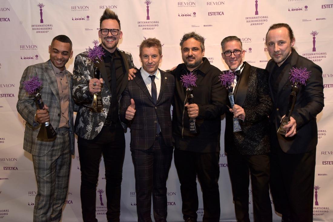 Mikel Luzea con los premiados. FOTO: David Muñiz