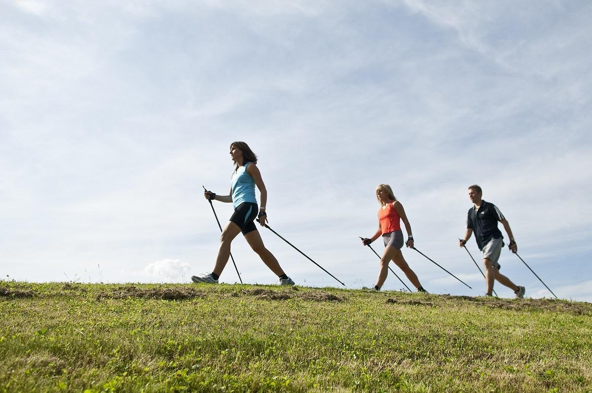 La marcha nórdica o Nordic Walking es una actividad deportiva tan adictiva que se ha convertido en tendencia.
