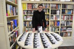 Miguel Suárez del Cerro presentando su libro en la Librería Miriam.