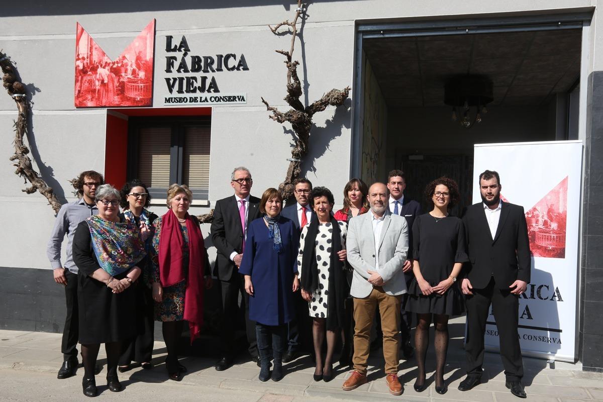 Los miembros de la familia Salcedo, junto a las autoridades e invitados en el acceso al museo. (FOTOS: Víctor Rodrigo)
