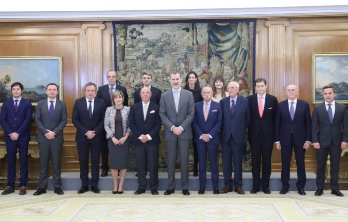 El Rey Felipe VI posa con los miembros de Cámara Navarra en la Zarzuela. (Foto: Casa Real)