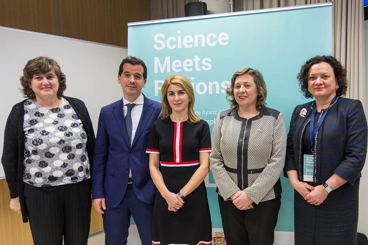La consejera Elizalde (segunda a la dcha.) junto con representantes de la UE. (Foto: Víctor Rodrigo)