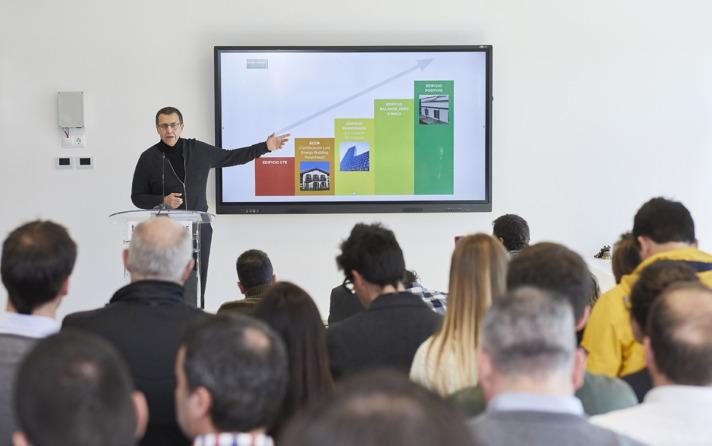 Luis Martínez, Consultor especializado en ECCN-pasivos, doctor en Ciencias Sociales explicando la escalera de evolución de los edificios eficientes. Donde estamos y donde vamos a llegar en un futuro en la última escala: al Edificio Positivo.