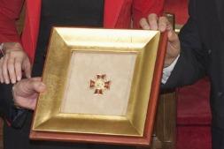 La Cruz de Carlos III el Noble distingue a quienes  contribuyen de forma destacada al desarrollo, la proyección y el prestigio de Navarra.