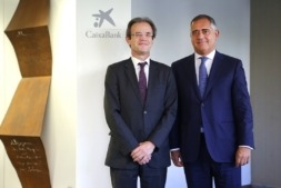 Juan Miguel Sucunza, a la izquierda, junto al presidente de CaixaBank, Jordi Gual.