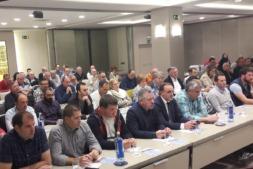 Felix Bariáin, en el centro, escucha a uno de los ponente en la Jornada del Agro de la UAGN.