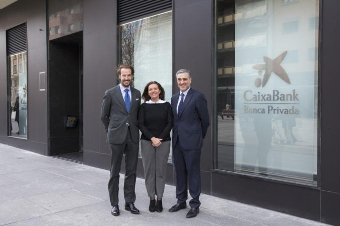 Daniel Rubio (director del nuevo Centro de Banca Privada), Ana Díez Fontana (directora territorial de CaixaBank en Navarra) y Alfonso Sánchez (director de Banca Privada y Premier de CaixaBank en Navarra).